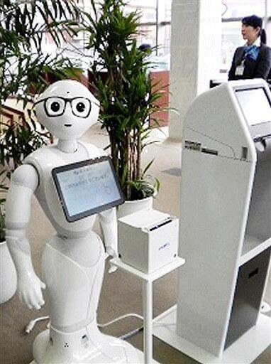 福井銀行様の入口にて、受付や呼出の業務に大忙しのペッパーです。生活革命オリジナルのシステムで仕事ができるようになりました。