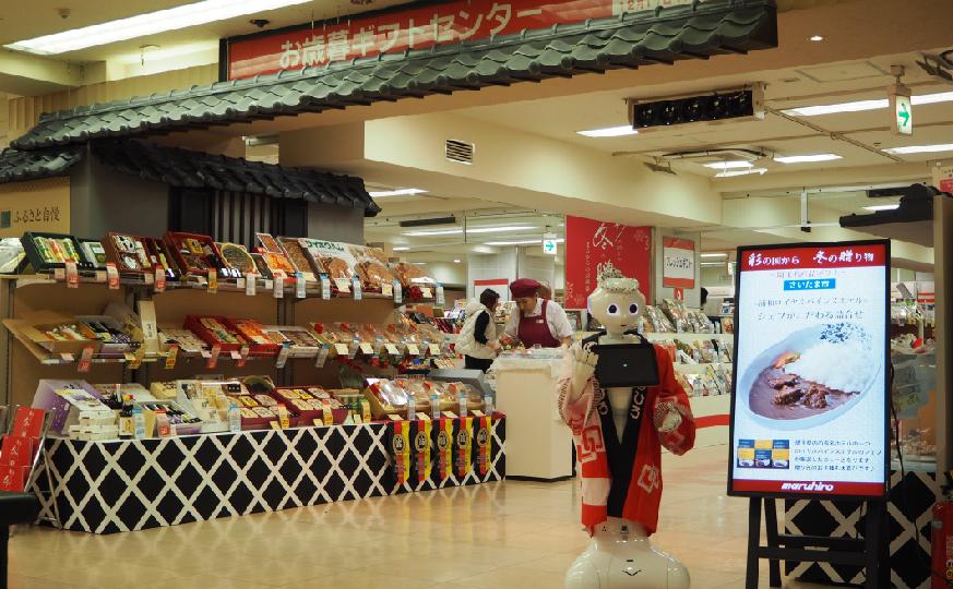 生活革命のロボット・Pepper(ペッパー)は小売店やデパート、飲食店の店頭や売り場、買い場での呼び込みやプレゼンテーション、接客、おもてなし、営業、販売促進などの実績もあります。 レンタル・派遣・イベント企画運営の事業として運営しています。