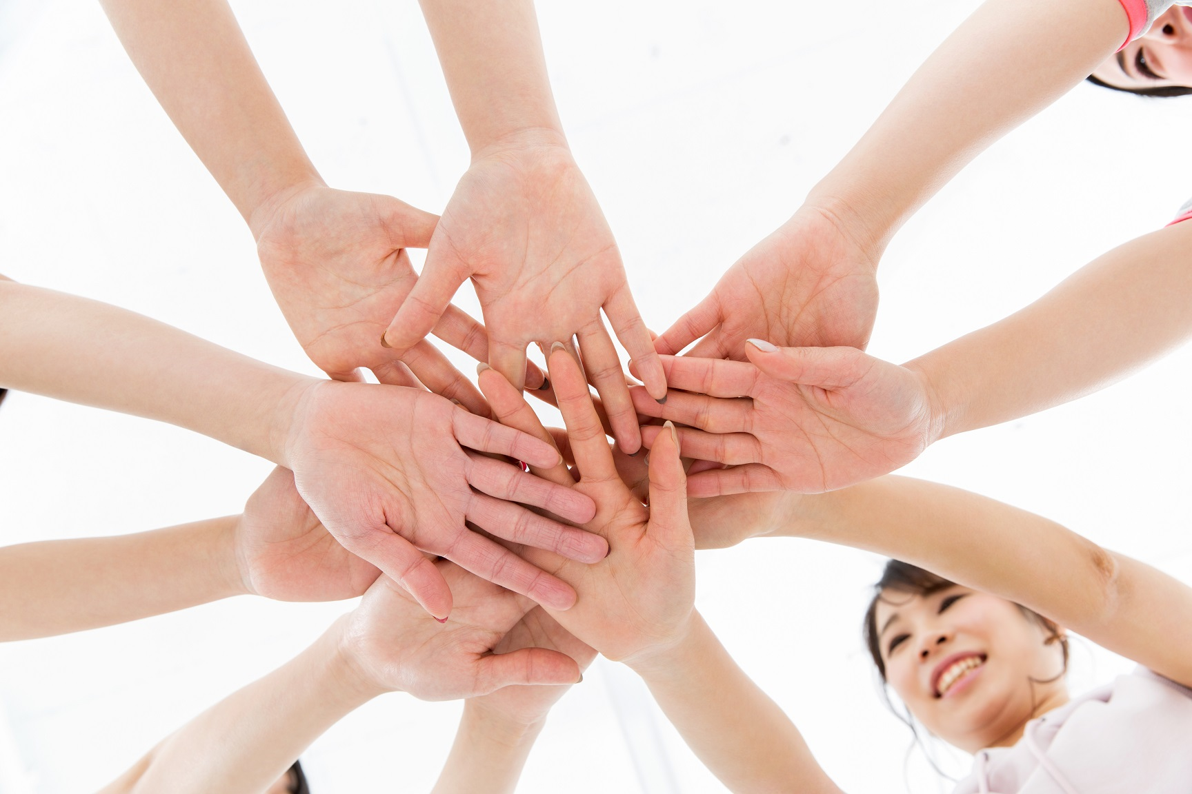 団結力 円陣を組む女子