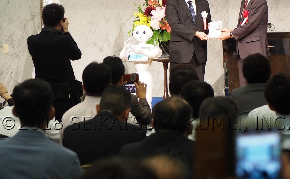 壇上で拍手をするペッパー